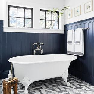 Country Badezimmer En Suite mit Löwenfuß-Badewanne, bunten Wänden und buntem Boden in Portland