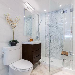 Immagine di una stanza da bagno con doccia design di medie dimensioni con ante lisce, ante in legno bruno, doccia alcova, WC a due pezzi, lavabo a consolle, piastrelle grigie, piastrelle bianche, piastrelle di vetro e pareti bianche
