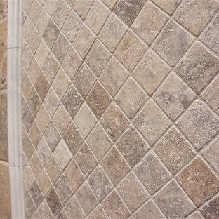 Idee per una grande stanza da bagno padronale contemporanea con ante in stile shaker, ante verdi, vasca freestanding, doccia alcova, WC a due pezzi, piastrelle beige, piastrelle in travertino, pareti beige, pavimento in travertino, lavabo sottopiano, top in marmo, pavimento beige e porta doccia a battente