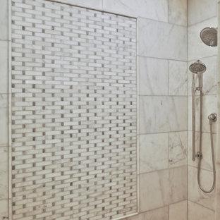 Mittelgroßes Modernes Badezimmer En Suite mit Eckbadewanne, Eckdusche, grauen Fliesen, brauner Wandfarbe, braunem Holzboden, Aufsatzwaschbecken, braunem Boden, Falttür-Duschabtrennung und weißer Waschtischplatte in Washington, D.C.