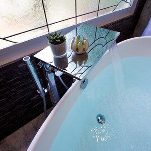 Modelo de cuarto de baño principal, contemporáneo, grande, con armarios estilo shaker, puertas de armario grises, bañera exenta, baldosas y/o azulejos negros, baldosas y/o azulejos blancas y negros, baldosas y/o azulejos de piedra, paredes grises y encimera de mármol