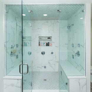 Idéer för ett stort klassiskt vit en-suite badrum, med skåp i shakerstil, blå skåp, ett badkar i en alkov, en hörndusch, en toalettstol med separat cisternkåpa, vit kakel, marmorkakel, beige väggar, plywoodgolv, ett undermonterad handfat, marmorbänkskiva, brunt golv och dusch med gångjärnsdörr