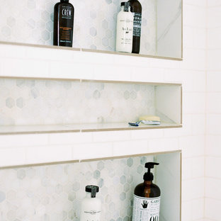 Foto di una piccola stanza da bagno padronale minimalista con ante in stile shaker, ante grigie, doccia alcova, WC a due pezzi, piastrelle bianche, piastrelle diamantate, pareti grigie, pavimento in gres porcellanato, lavabo sottopiano, top in quarzite, pavimento bianco e porta doccia a battente