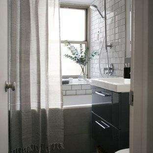 Esempio di una piccola stanza da bagno nordica con lavabo sospeso, ante lisce, ante grigie, top in marmo, vasca da incasso, vasca/doccia, WC a due pezzi, piastrelle grigie, piastrelle diamantate, pareti bianche e pavimento con piastrelle in ceramica