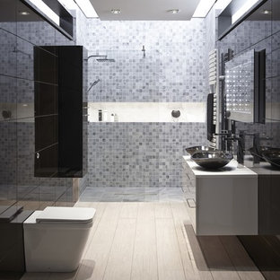 Неиссякаемый источник вдохновения для домашнего уюта: большая главная ванная комната в современном стиле с настольной раковиной, плоскими фасадами, черными фасадами, унитазом-моноблоком, серой плиткой, плиткой мозаикой, черными стенами, светлым паркетным полом и душем без бортиков