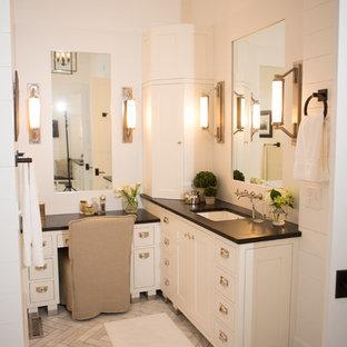 Inspiration för ett lantligt badrum, med ett undermonterad handfat och bänkskiva i täljsten