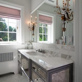 Foto di una stanza da bagno con doccia stile shabby di medie dimensioni con ante di vetro, ante grigie, pareti grigie, pavimento con piastrelle a mosaico, lavabo sottopiano e top in marmo
