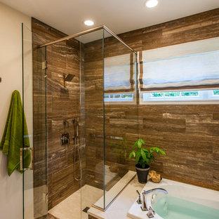 Immagine di una grande stanza da bagno padronale minimalista con ante lisce, ante gialle, vasca da incasso, doccia ad angolo, piastrelle marroni, piastrelle in pietra, pareti beige, pavimento in gres porcellanato, lavabo sottopiano e top in quarzo composito