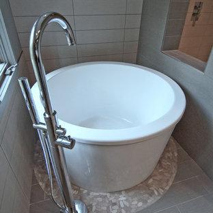 Esempio di una piccola stanza da bagno padronale minimalista con lavabo a bacinella, consolle stile comò, ante in legno bruno, vasca giapponese, doccia a filo pavimento, WC monopezzo, piastrelle grigie, piastrelle in ceramica, pareti grigie e pavimento in gres porcellanato