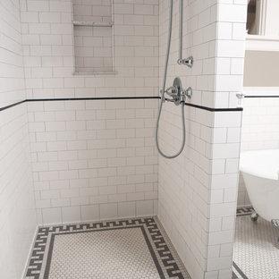 Esempio di una grande stanza da bagno padronale chic con piastrelle diamantate, vasca con piedi a zampa di leone, doccia ad angolo, WC a due pezzi, piastrelle bianche, pareti grigie, pavimento con piastrelle a mosaico, lavabo a colonna, pavimento bianco e doccia aperta