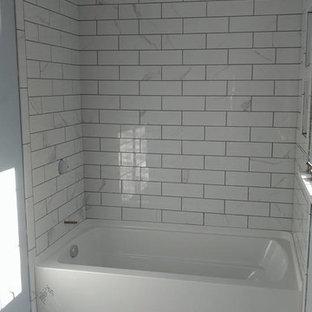 Kleines Klassisches Duschbad mit Badewanne in Nische, Duschbadewanne, grauen Fliesen, weißen Fliesen, Metrofliesen, blauer Wandfarbe und Linoleum in Orange County