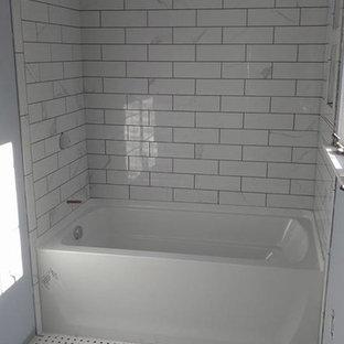 Неиссякаемый источник вдохновения для домашнего уюта: маленькая ванная комната в классическом стиле с ванной в нише, душем над ванной, серой плиткой, белой плиткой, плиткой кабанчик, синими стенами, полом из линолеума и душевой кабиной
