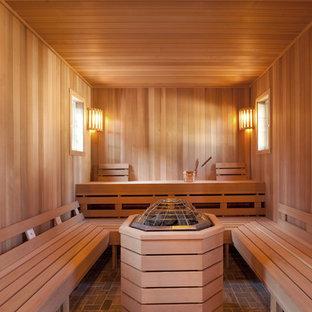 Idee per un'ampia sauna costiera con pareti beige, pavimento in ardesia e pavimento marrone