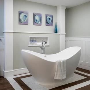 Modelo de cuarto de baño principal y boiserie, moderno, grande, boiserie, con bañera exenta, ducha esquinera, paredes grises, suelo de baldosas de cerámica, encimera de mármol, suelo marrón, ducha con puerta con bisagras y boiserie