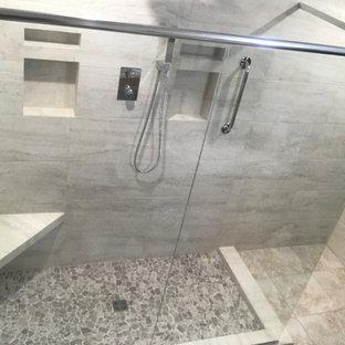 Idee per una grande stanza da bagno padronale chic con doccia ad angolo, piastrelle beige, piastrelle in ceramica, pareti beige, pavimento rosa e doccia aperta