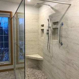 Imagen de cuarto de baño principal, tradicional renovado, grande, con ducha esquinera, baldosas y/o azulejos beige, baldosas y/o azulejos de cerámica, paredes beige, suelo rosa y ducha abierta