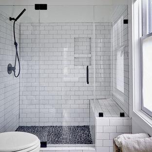 Esempio di una stanza da bagno country di medie dimensioni con piastrelle bianche, piastrelle in gres porcellanato, pareti bianche, pavimento con piastrelle di ciottoli, porta doccia a battente, doccia alcova e pavimento grigio