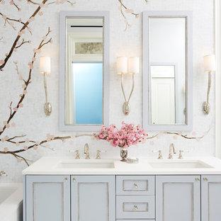 Esempio di una stanza da bagno con doccia tradizionale di medie dimensioni con ante con riquadro incassato, ante blu, piastrelle multicolore, piastrelle a mosaico, lavabo sottopiano e top in quarzo composito