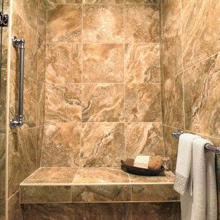 Diseño de cuarto de baño principal, clásico renovado, de tamaño medio, con lavabo con pedestal, armarios estilo shaker, puertas de armario blancas, encimera de madera, ducha a ras de suelo, sanitario de dos piezas, baldosas y/o azulejos marrones, baldosas y/o azulejos de porcelana, paredes verdes y suelo de baldosas de porcelana