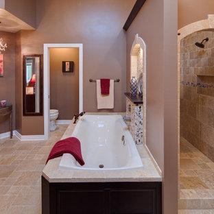 Ejemplo de cuarto de baño mediterráneo con bañera encastrada