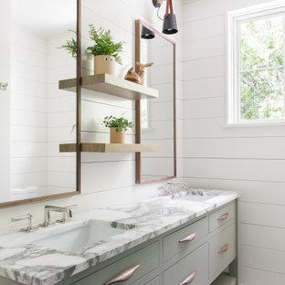 Cette photo montre une salle de bain bord de mer avec un placard à porte plane, un mur blanc, un lavabo encastré, un plan de toilette multicolore, meuble double vasque, meuble-lavabo sur pied, un plafond en lambris de bois et du lambris de bois.