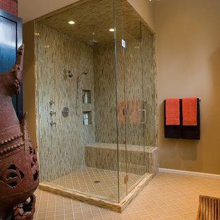 Diseño de cuarto de baño actual con ducha esquinera, azulejos en listel y baldosas y/o azulejos beige