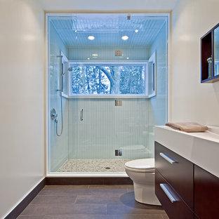 Ejemplo de cuarto de baño rural con lavabo de seno grande, armarios con paneles lisos, puertas de armario de madera en tonos medios, ducha empotrada, baldosas y/o azulejos azules y baldosas y/o azulejos de vidrio