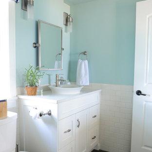 Diseño de cuarto de baño con ducha, costero, de tamaño medio, con armarios estilo shaker, puertas de armario blancas, encimera de cuarzo compacto, baldosas y/o azulejos blancos, baldosas y/o azulejos de cemento, ducha esquinera, lavabo encastrado, paredes azules y suelo de linóleo