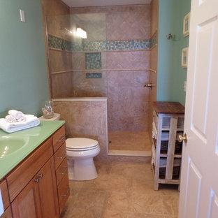 Diseño de cuarto de baño principal, marinero, pequeño, con lavabo integrado, armarios estilo shaker, puertas de armario de madera oscura, encimera de vidrio, ducha abierta, sanitario de dos piezas, baldosas y/o azulejos azules, paredes azules y suelo de baldosas de porcelana