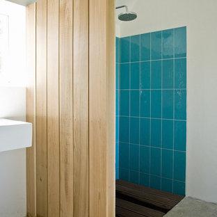 Idéer för ett nordiskt badrum, med en öppen dusch och betonggolv