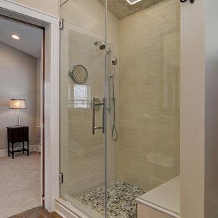 Esempio di una sauna classica di medie dimensioni con lavabo integrato, nessun'anta, ante con finitura invecchiata, top in cemento, WC a due pezzi, piastrelle beige, piastrelle di vetro, pareti beige e pavimento in gres porcellanato