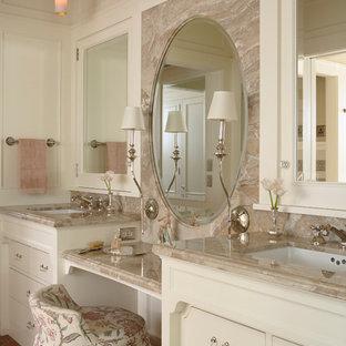 Inredning av ett klassiskt en-suite badrum, med ett undermonterad handfat, vita skåp, vita väggar, klinkergolv i terrakotta, släta luckor och rött golv