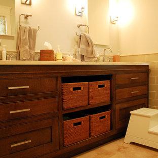 Immagine di una stanza da bagno chic con ante a filo, ante in legno bruno, piastrelle beige e piastrelle diamantate