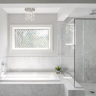 Foto på ett mellanstort vintage en-suite badrum, med ett platsbyggt badkar, vit kakel och grå väggar