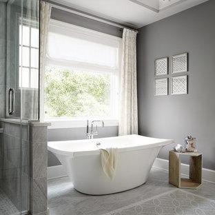 Foto di una stanza da bagno padronale chic di medie dimensioni con vasca freestanding, pareti grigie, piastrelle grigie, piastrelle a mosaico e pavimento in marmo