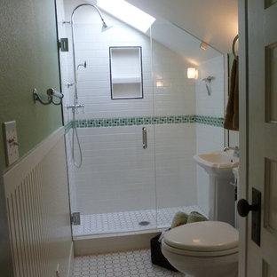 Foto di una piccola stanza da bagno con doccia vittoriana con lavabo a colonna, doccia alcova, WC a due pezzi, piastrelle bianche, piastrelle in gres porcellanato, pareti verdi e pavimento in gres porcellanato