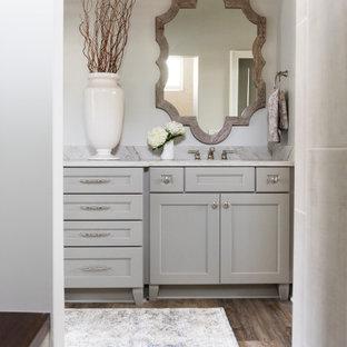 Mittelgroßes Klassisches Badezimmer En Suite mit Schrankfronten im Shaker-Stil, grauen Schränken, Eckbadewanne, Eckdusche, beiger Wandfarbe, Unterbauwaschbecken, Duschvorhang-Duschabtrennung, Doppelwaschbecken und eingebautem Waschtisch in Indianapolis
