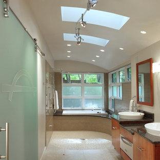 Immagine di una stanza da bagno contemporanea con lavabo a bacinella, vasca/doccia e lavanderia