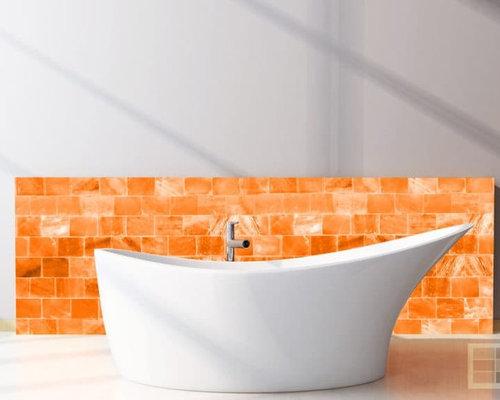 Bagno con pavimento in legno verniciato e piastrelle arancioni