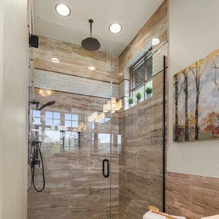 Ispirazione per una stanza da bagno padronale stile rurale con ante con riquadro incassato, ante in legno bruno, vasca idromassaggio, piastrelle beige, pareti bianche, pavimento in gres porcellanato, lavabo sottopiano, top in quarzite, pavimento marrone e porta doccia a battente