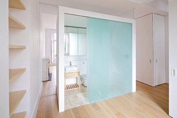 Modern Bathroom by LYN Atelier