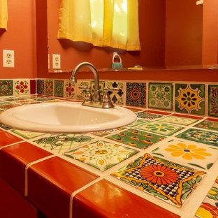Ispirazione per una stanza da bagno stile americano di medie dimensioni con ante lisce, ante marroni, vasca ad alcova, vasca/doccia, WC monopezzo, pareti marroni, pavimento con piastrelle in ceramica, lavabo da incasso, pavimento verde, doccia con tenda e top multicolore