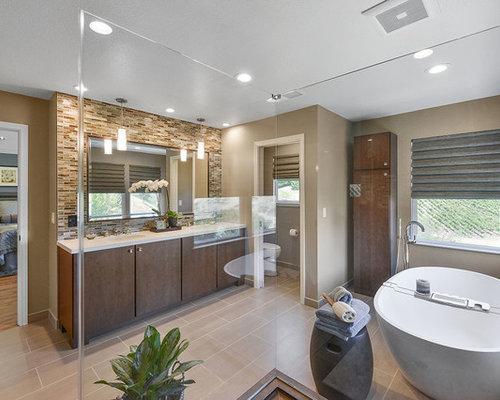 Stanza da bagno con piastrelle gialle e pareti marroni foto