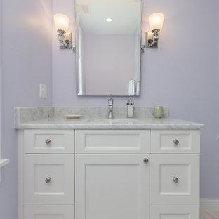 Diseño de cuarto de baño infantil, clásico, pequeño, con armarios con paneles lisos, puertas de armario blancas, bañera empotrada, combinación de ducha y bañera, baldosas y/o azulejos blancos, baldosas y/o azulejos de cemento, paredes púrpuras, suelo de mármol, lavabo bajoencimera, encimera de mármol, suelo blanco y ducha con cortina
