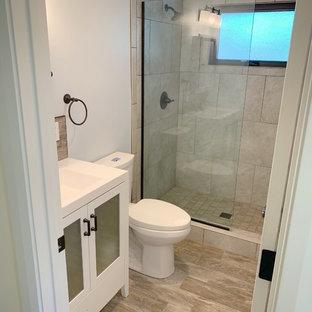 Modern inredning av ett litet vit vitt badrum med dusch, med luckor med glaspanel, vita skåp, en dusch i en alkov, vit kakel, stenhäll, ljust trägolv, ett integrerad handfat, bänkskiva i akrylsten och med dusch som är öppen