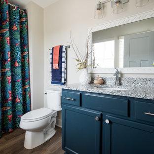 Esempio di una stanza da bagno con doccia chic di medie dimensioni con ante con bugna sagomata, ante blu, zona vasca/doccia separata, WC monopezzo, parquet scuro, lavabo sottopiano, top in granito, doccia con tenda e top grigio
