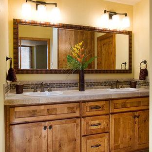 Ispirazione per una stanza da bagno padronale rustica con ante in stile shaker, ante in legno scuro, pareti beige, pavimento con piastrelle in ceramica, lavabo da incasso e top piastrellato