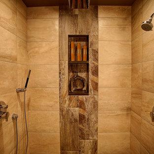 Неиссякаемый источник вдохновения для домашнего уюта: главная ванная комната среднего размера в современном стиле с врезной раковиной, плоскими фасадами, фасадами цвета дерева среднего тона, столешницей из искусственного кварца, душем без бортиков, унитазом-моноблоком, бежевой плиткой, каменной плиткой, бежевыми стенами и полом из керамической плитки