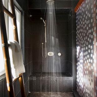 Imagen de cuarto de baño principal, marinero, sin sin inodoro, con armarios con rebordes decorativos, puertas de armario de madera oscura, sanitario de una pieza, baldosas y/o azulejos negros, baldosas y/o azulejos de pizarra, paredes verdes, lavabo sobreencimera, encimera de vidrio reciclado, suelo beige, ducha abierta y encimeras verdes