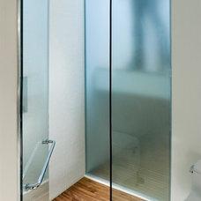 Modern Bathroom by atelier KS